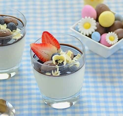 Manjar branco com calda de chocolate