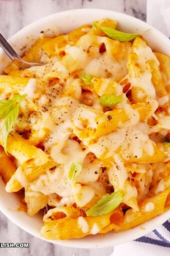 close uo of mac and cheese with chicken in a bowl (macarronada com requeijao)