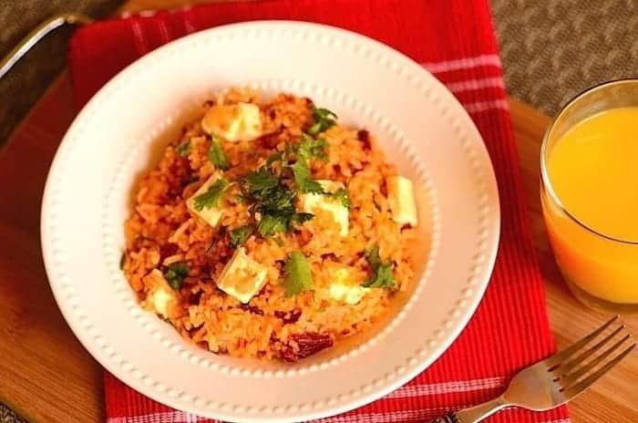 um prato de arroz com carne seca
