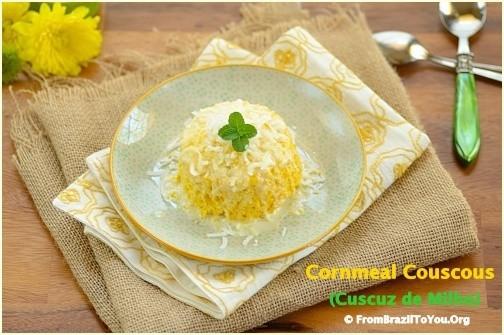 cuscuz de milho ou cuscuz nordestino em um prato com colheres do lado