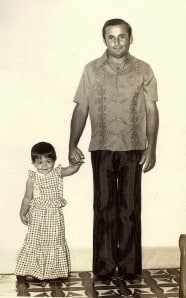 Pai e filha segurando a mão