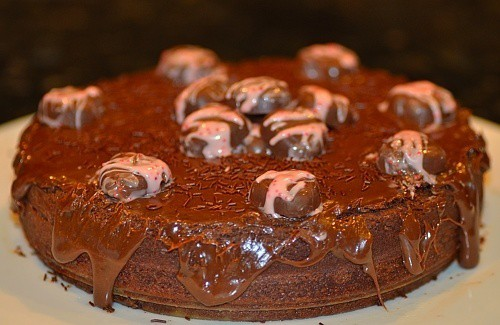 A close up of a chocolate cake decorated on top (nega maluca)