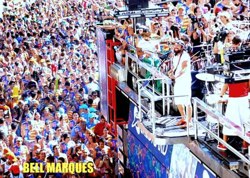 A large crowd of people celebrating Carnival