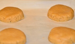 varios biscoitos de amedoim antes de assar