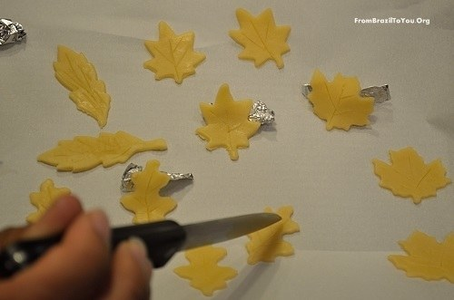 making-leaf-designs-pie-crust