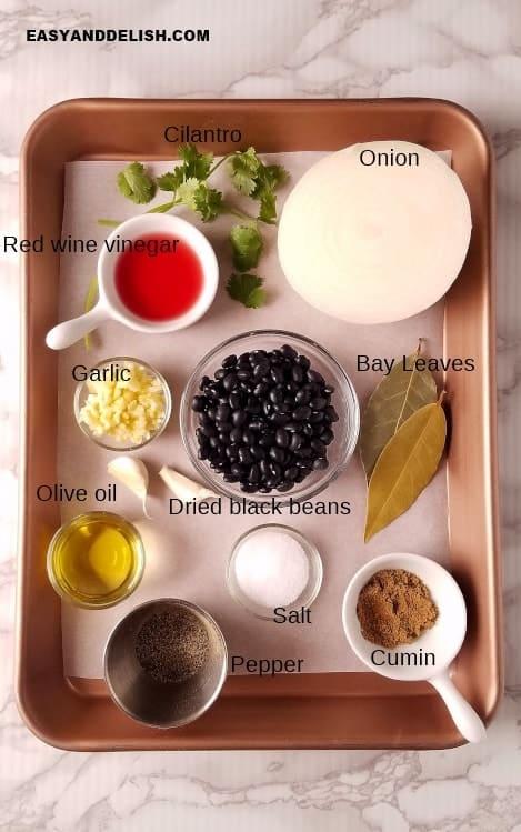 ingredientes para fazer feijão preto em uma bandeija
