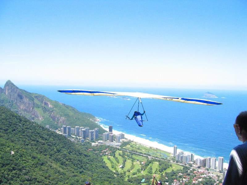 Hang gliding over Barra neighborhood in Rio by Jordan Fischer (under Creative Common Atributtion 2.0 Generic)