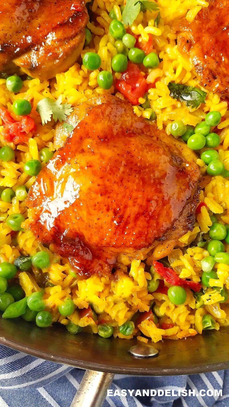 receita de galinhada feita em uma panela com arroz de açafrão e verduras