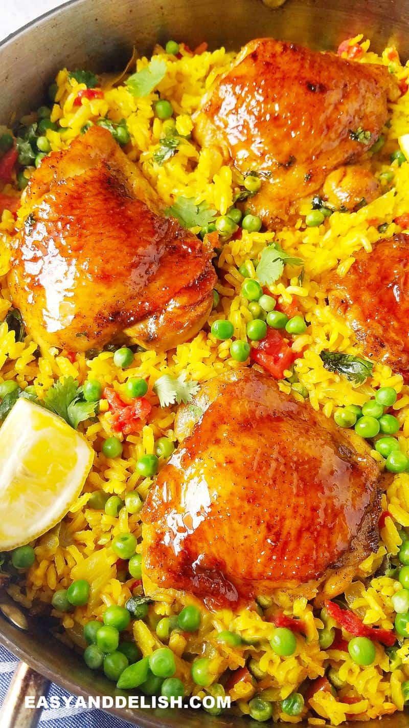 arroz com frango em uma panela