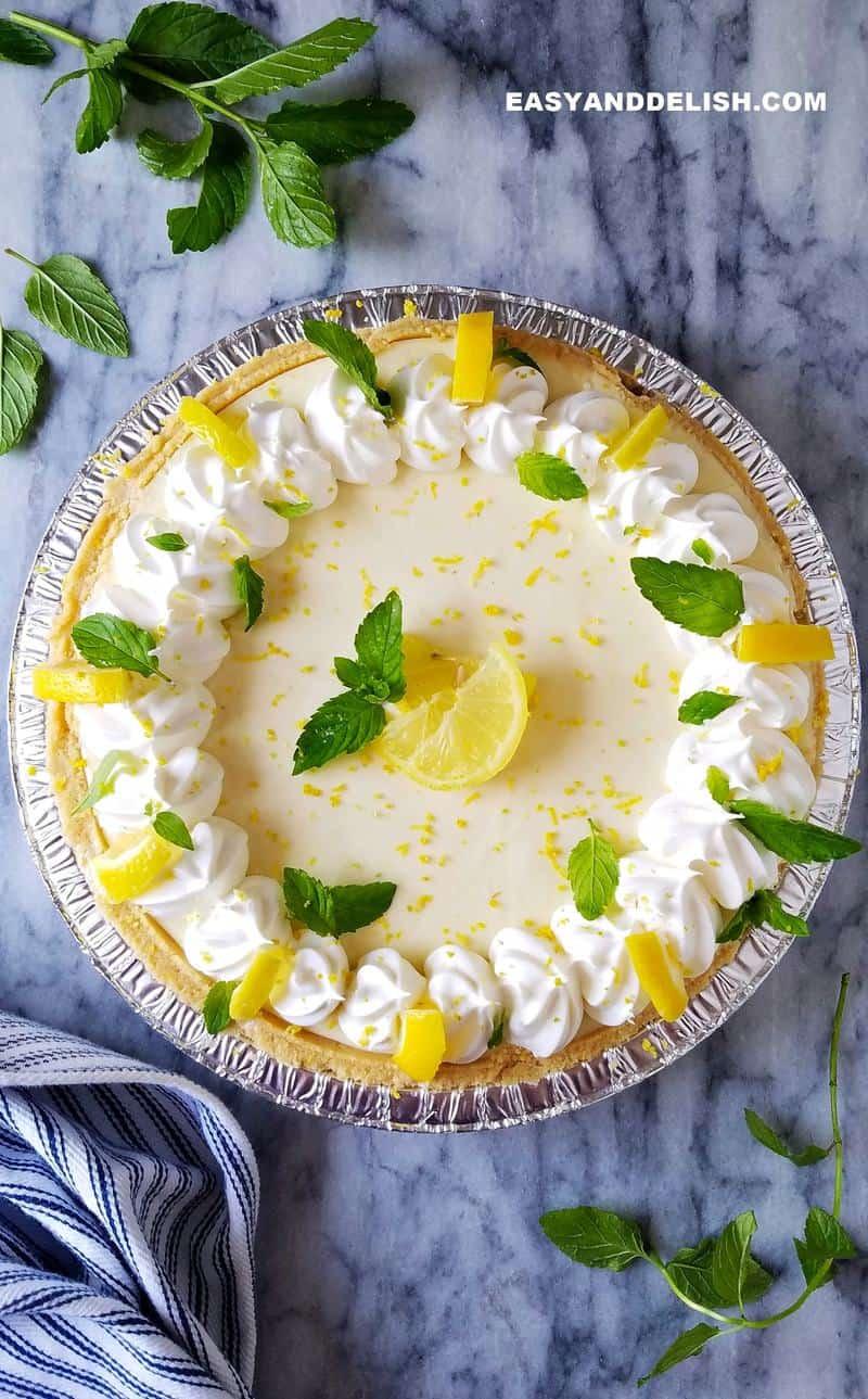 torta de limão com biscoito decorada