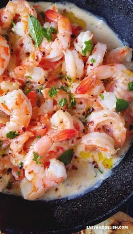 close up shrimp scampi in a pan