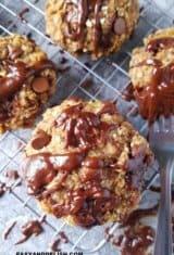 varios biscoitos de aveia em cima de uma grade