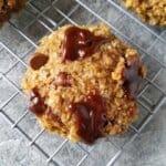 cookies de aveia em cima de uma grade