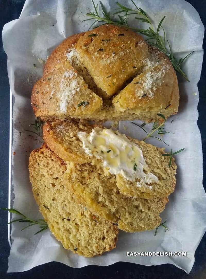 pão sem fermento fatiado com manteiga e ervas