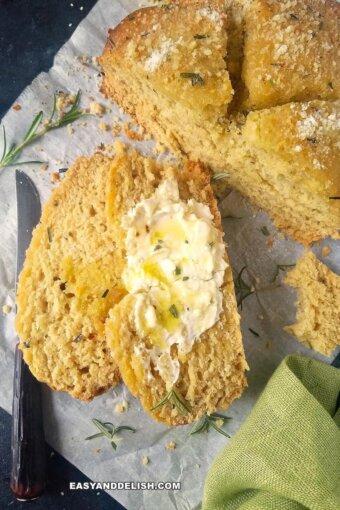 pão sem fermento com manteiga e ervas