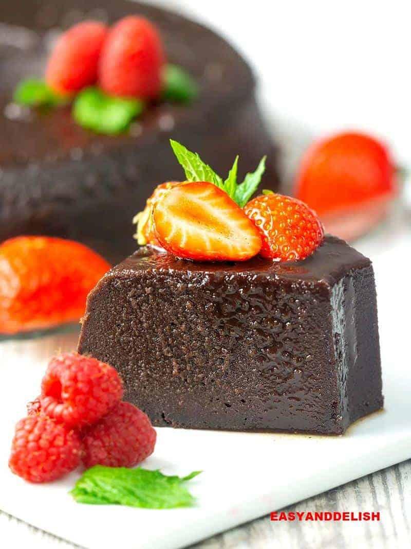 uma fatia de pudim de chocolate com frutas vermelhas