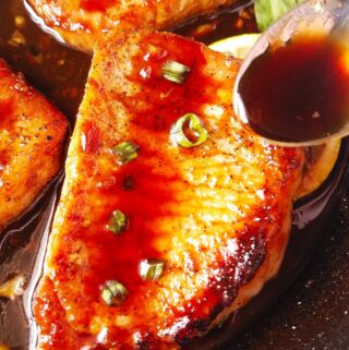 costeleta de porco regada com molho teriyaki