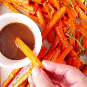 cenoura assada com molho de mel e mostarda