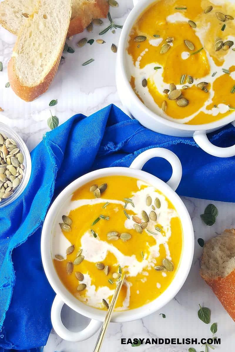 tigelas de sopa com pão