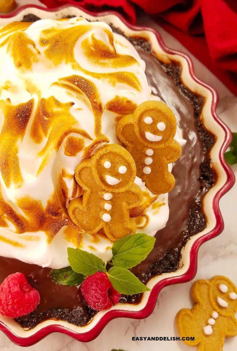 close up da sobremesa na forma com biscoitos decorando o topo