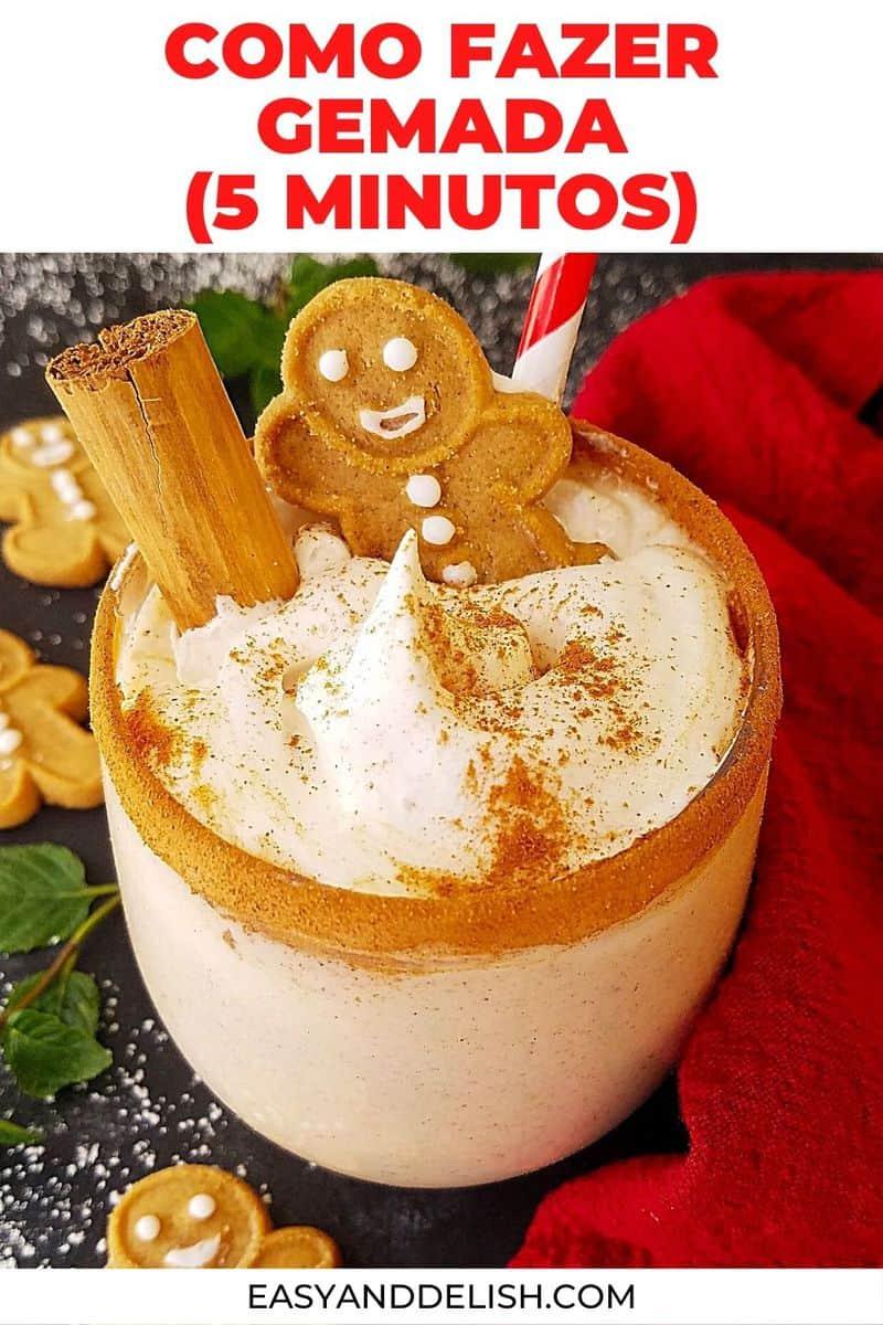 close up de gemada em um copo decorado com biscoitos de natal