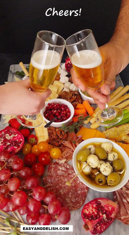 2 copos com champagne e comidas em uma bandeija