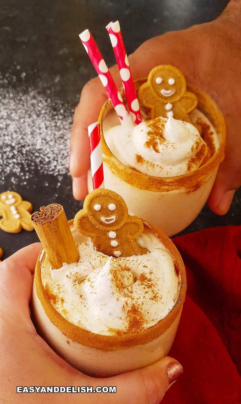duas mãos brindando com bebidas de natal