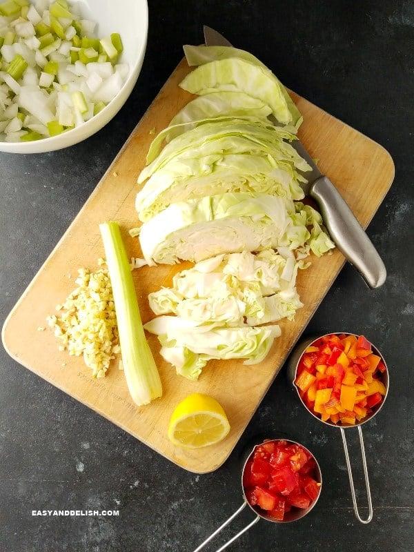 verduras numa tábua de carne e ao lado