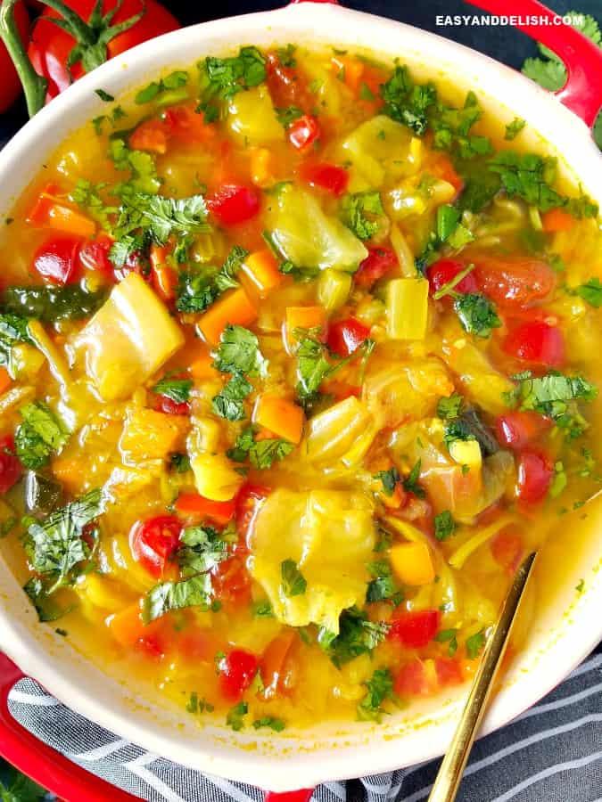 close up de uma tigela de comida cheia de verduras e caldo