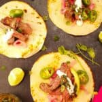 3 tacos mexicanos sobre uma mesa