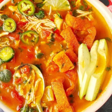 close up de sopa com frango em uma tigela