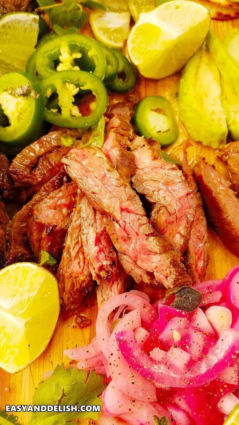 close up de carne fraldinha fatiada