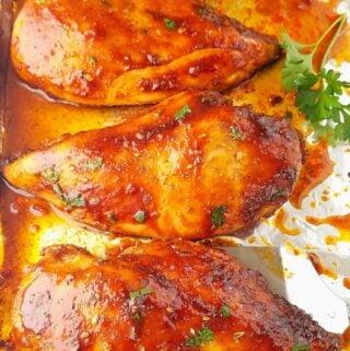 peito de frango assados em uma assadeira
