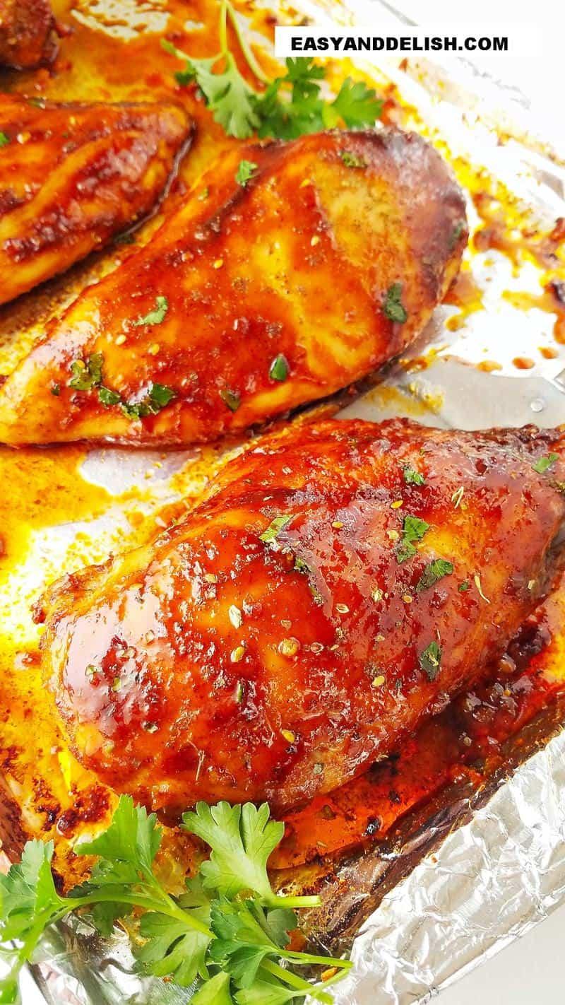 close up de mais de um peito de frango assado