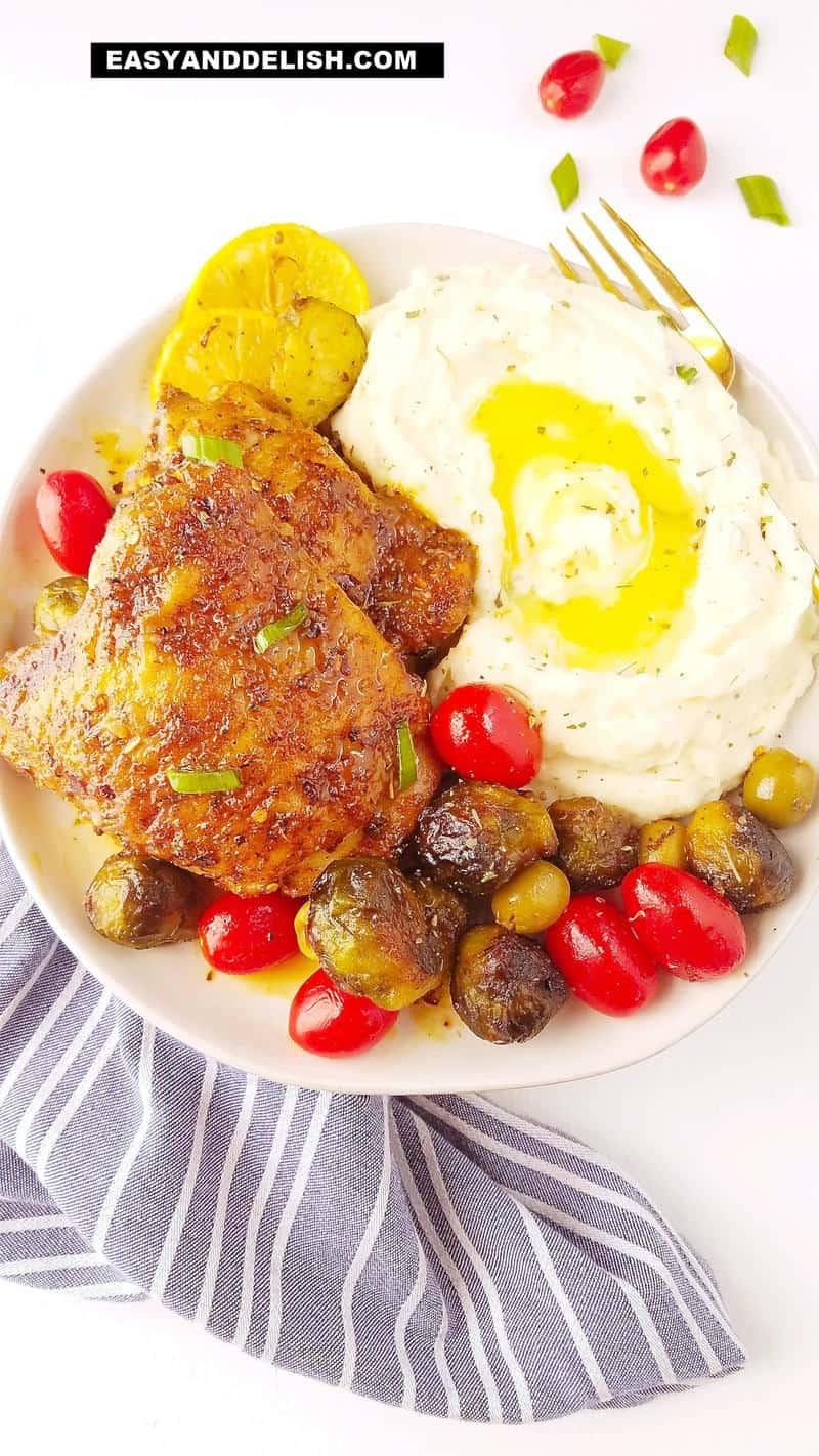 carne em um prato com pure de batatas e couve de bruxelas