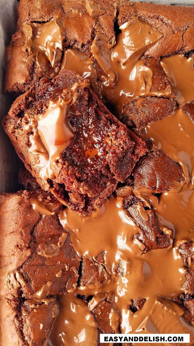 uma fatia de brownies simples com pedaços de chocolate em barra no meio de outros