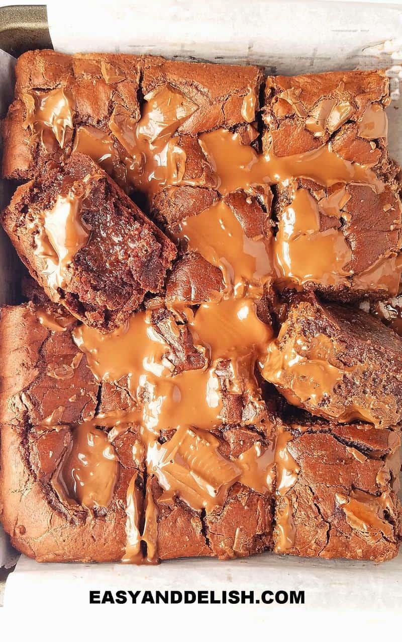 brownies simples e fatiados em uma assadeira