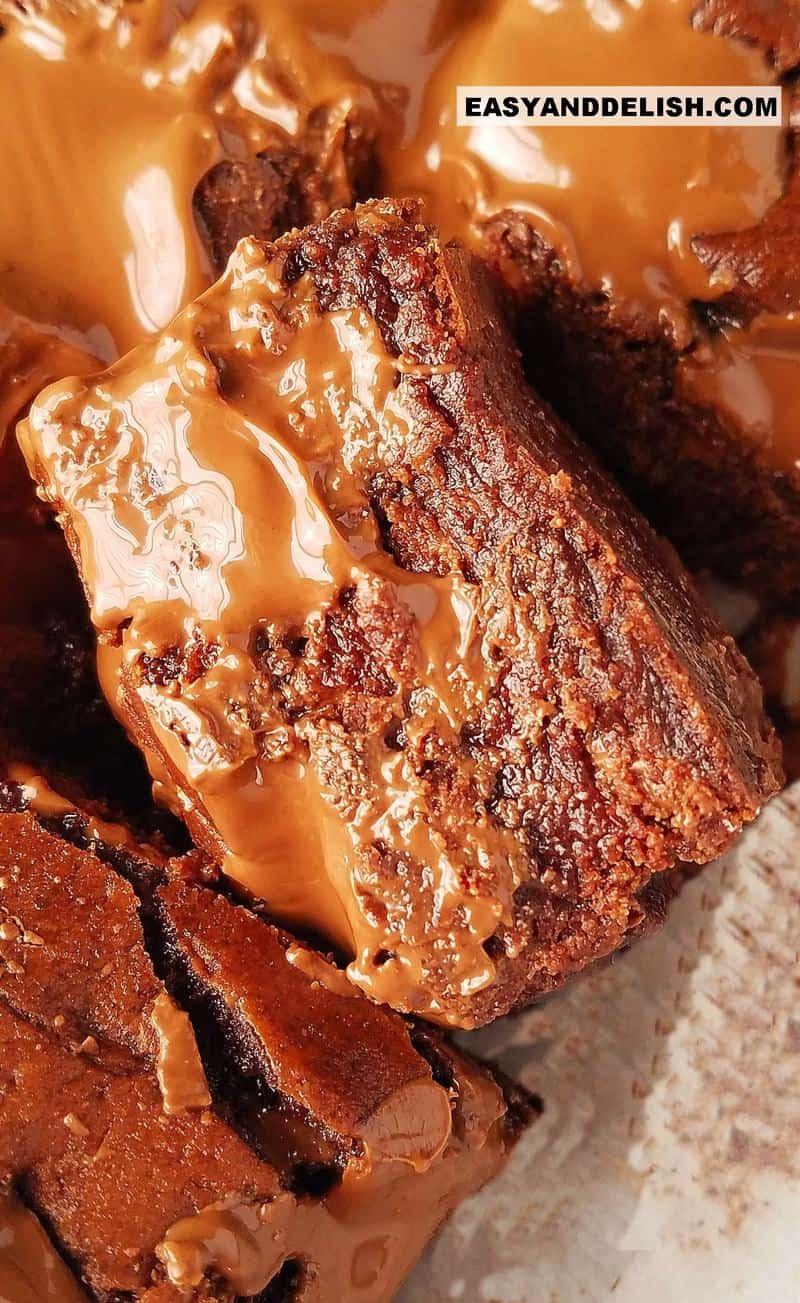 close up de uma fatia de brownie de chocolate