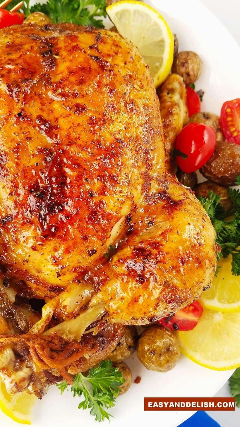 metade de uma ave assada em um prato