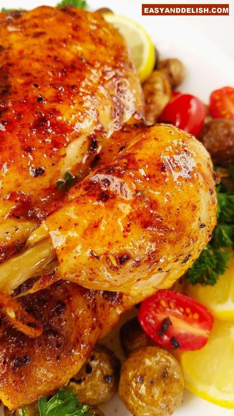 close up de uma perna de frango assado