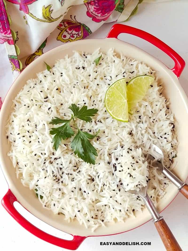 arroz basmati com grao longo e soltinho em uma tigela