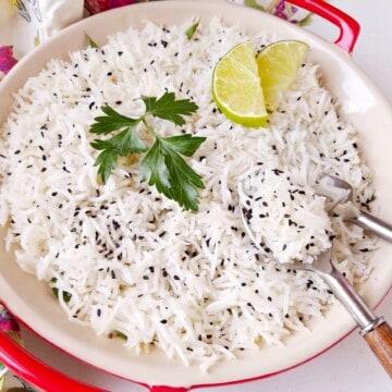 arroz basmati soltinho com limáo e sementes de gergelim por cima