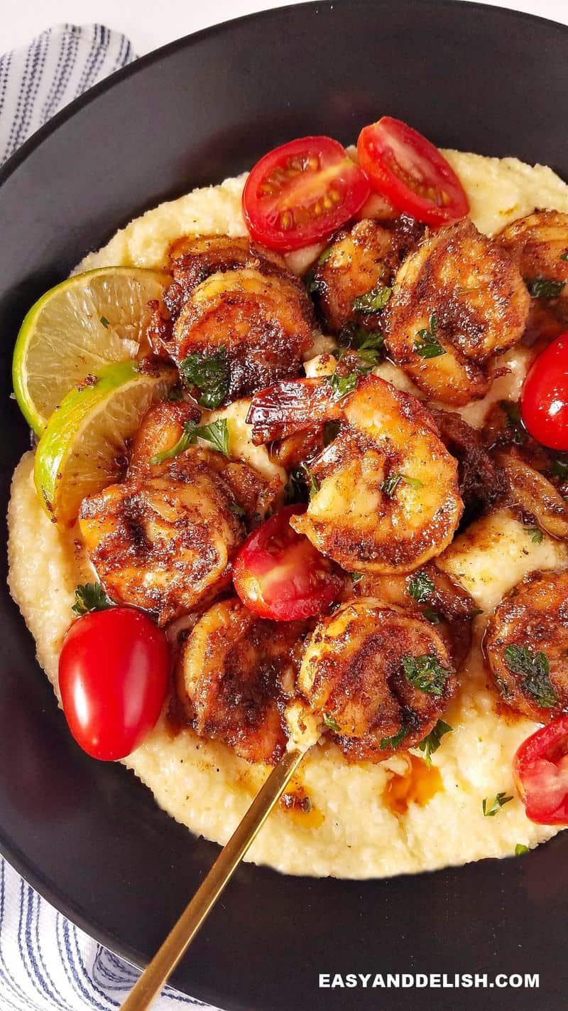 imagem mostrando camarão frito com polenta cremosa