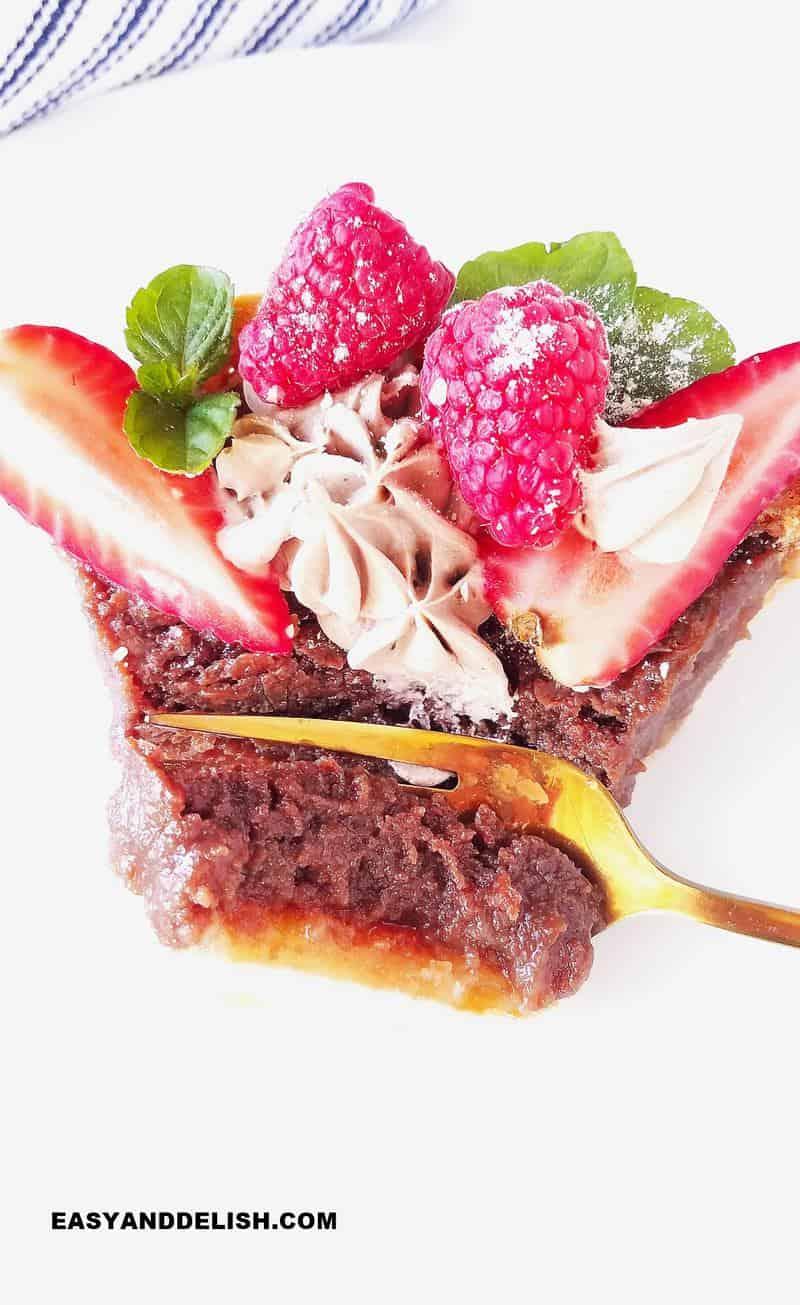 um garfo com um pedaço de torta brownie
