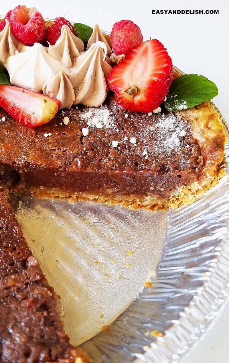 torta brownie em uma forma parcialmente fatiada