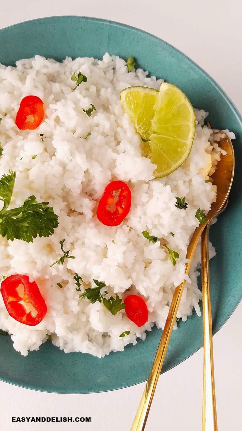 close up de arroz jasmim em uma tigela