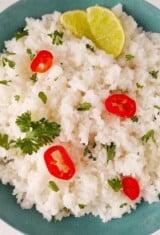 close up de arroz jasmim com pimenta e limão no topo