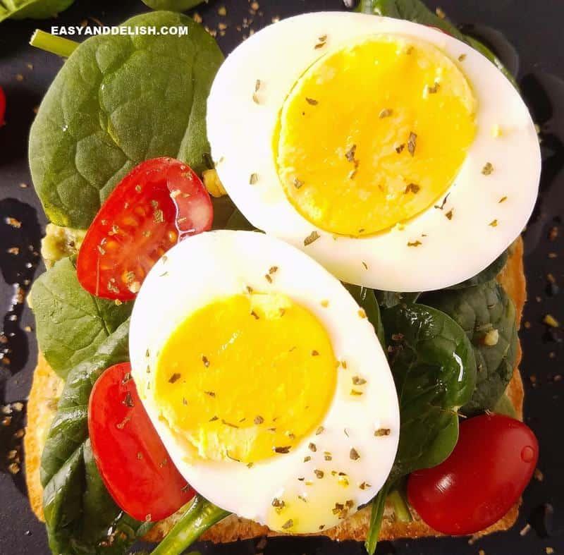 close up foto de uma torrad com ovo cozido