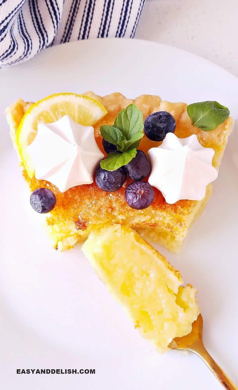 um pedaço da torta de limão em um garfo