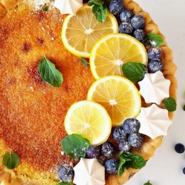 torta de limão fácil decorada com merengues e fatias de limão